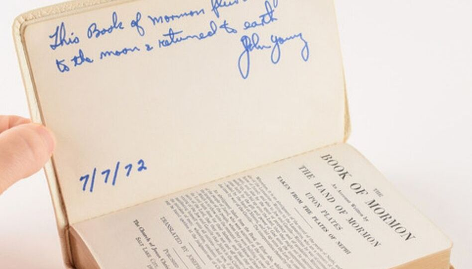 A história do Livro de Mórmon levado à lua na missão da Apollo 16