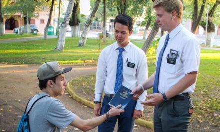 Élder Uchtdorf fala aos missionários no Chile