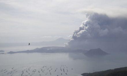 Élder Cook abençoa filipinos devido a erupção de vulcão