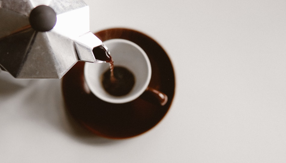 não tomamos café por causa da cafeína?