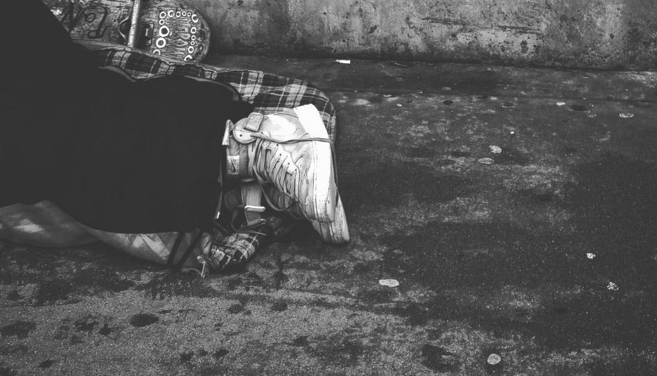 Amor ao próximo: ambulante dá o próprio casaco a morador de rua