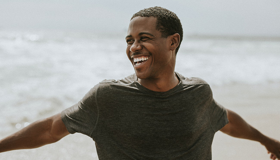Homem sorrindo positividade